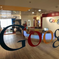 Logotipo do Google estampa parede do escritório da empresa em Tel Aviv, em Israel. (Foto: Baz Ratner / Reuters)
